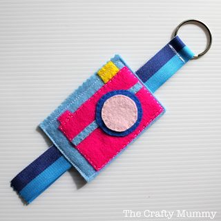 Felt Camera Bag Tag - Mama Craft from The Crafty Mummy at B-InspiredMama.com